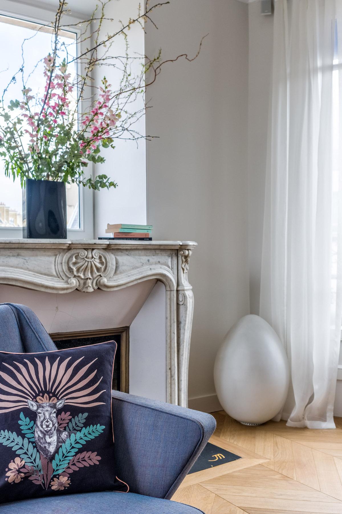 décoration bohème chic salon lumineux cheminée blanche fauteuil bleu style parisien - blog déco - clem around the corner