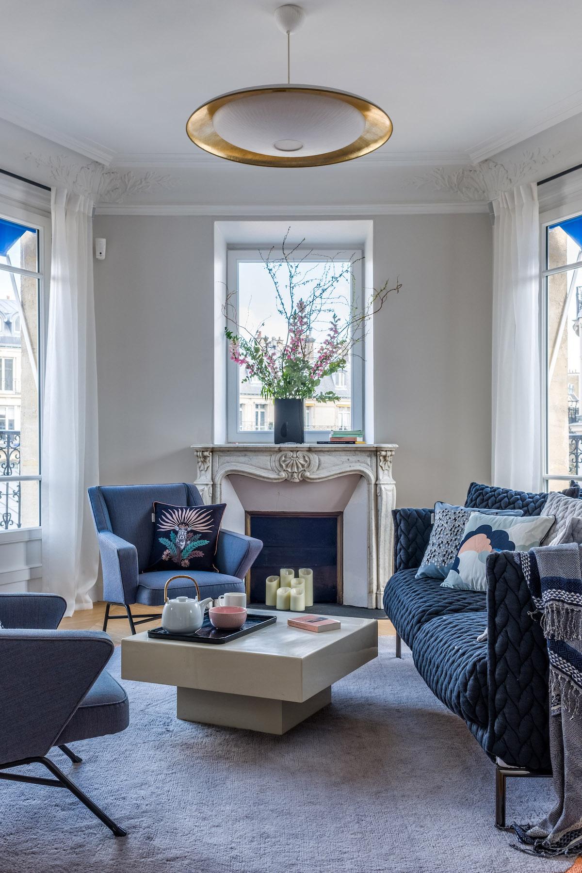 décoration bleue salon feutré bohème chic salon lumineux tendance - blog déco - clem around the corner