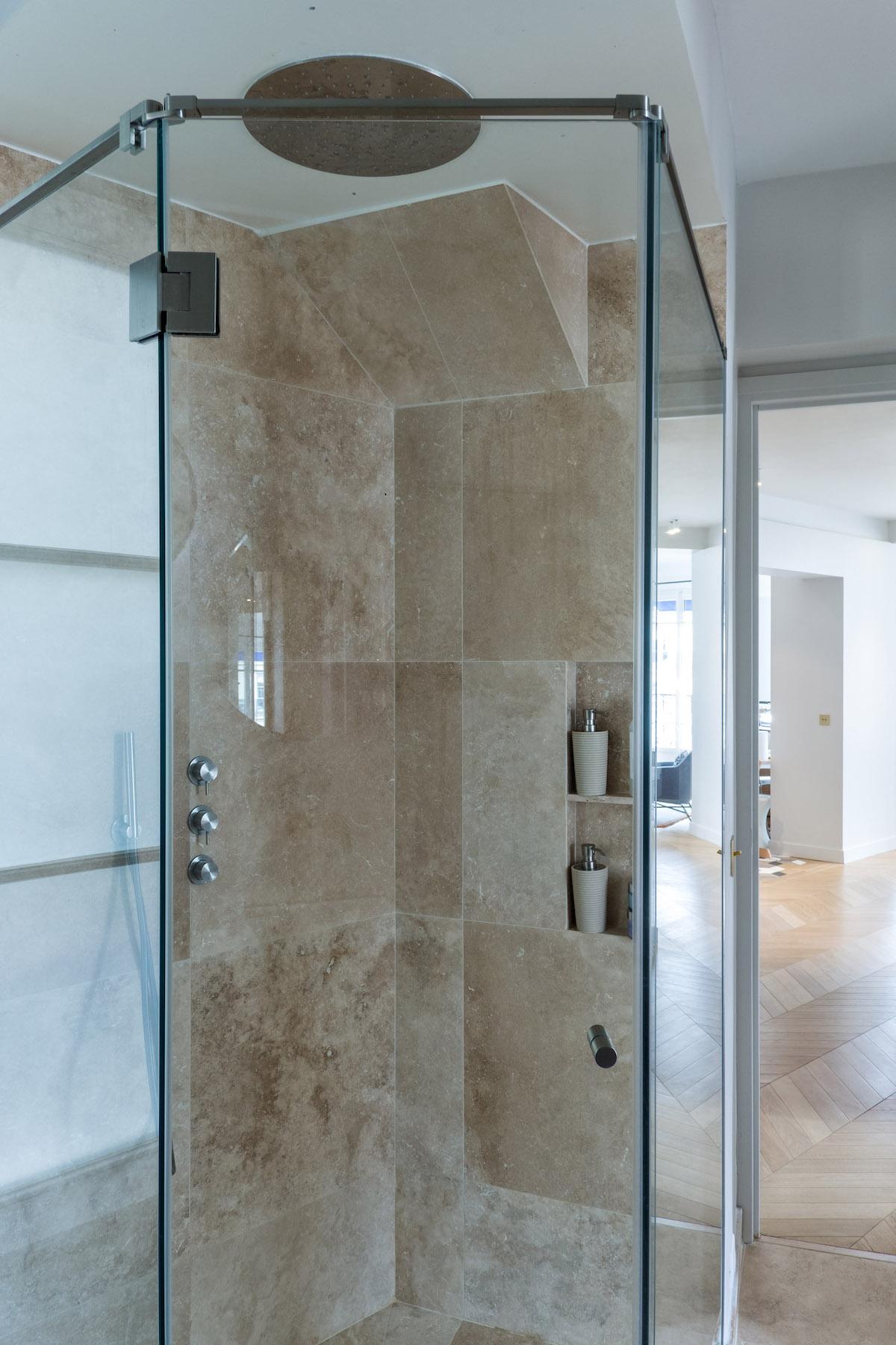 déco bohème chic douche italienne angle marbre beige marron porte vitrée