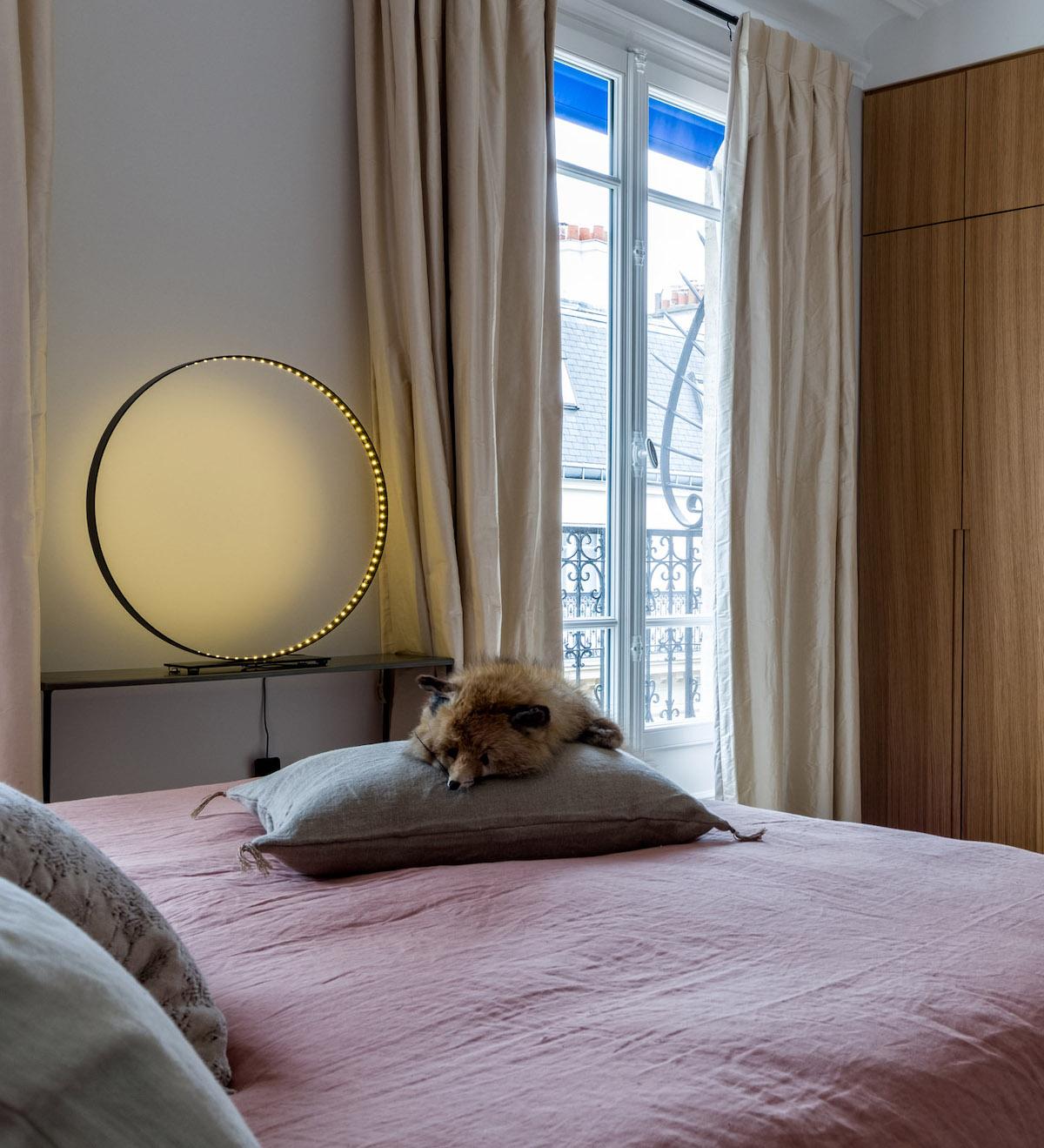 décoration bohème chic chambre parentale lampe cercle design tendance moderne lit rose - blog déco - clem around the corner