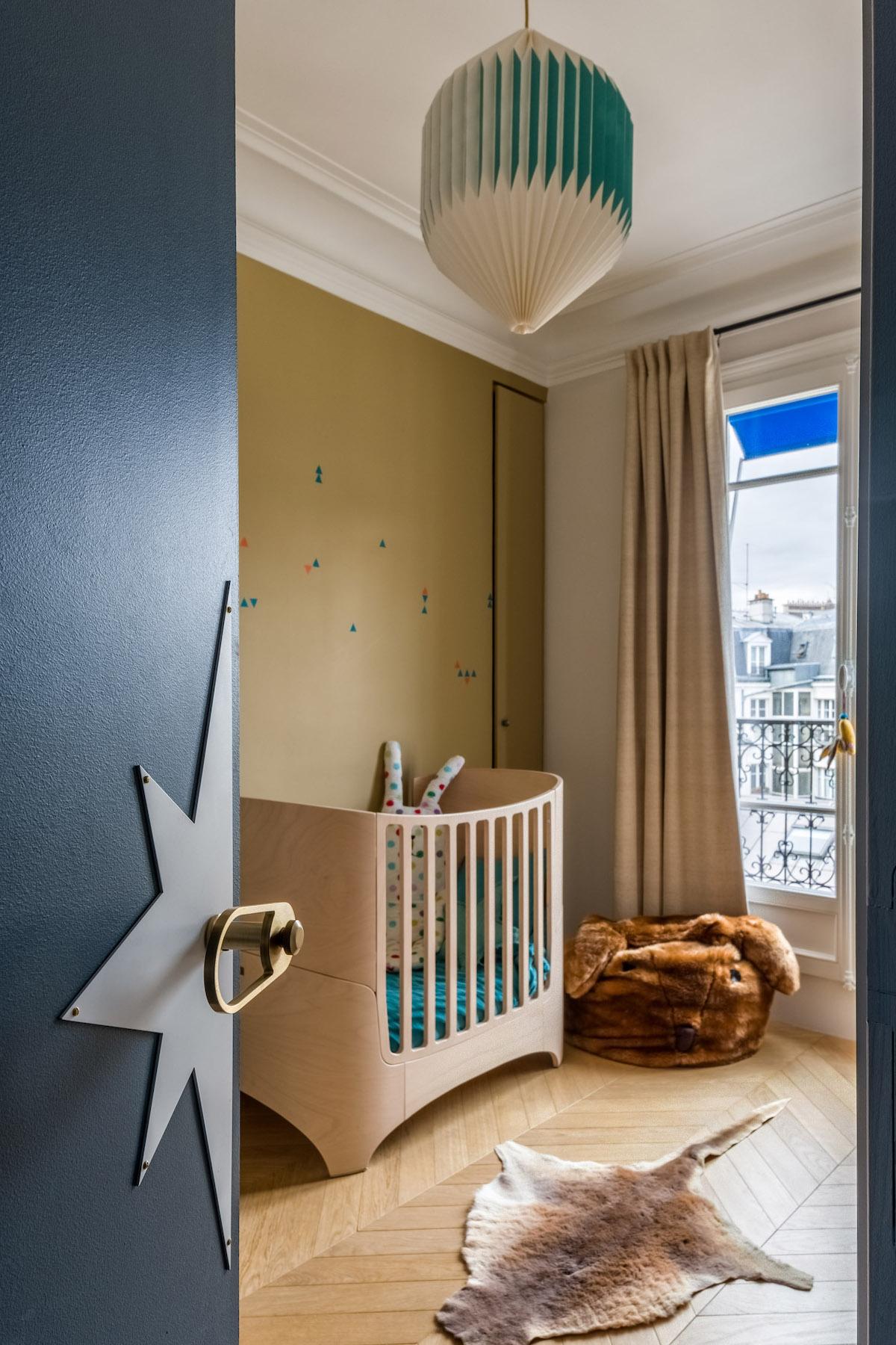 chambre enfant bébé gris foncé jaune moutarde porte étoile lit barreaux bois tapis peau