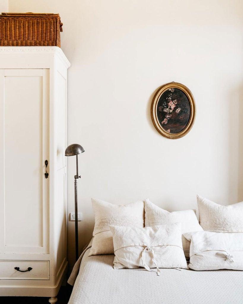 maison style italien lit double chambre décoration rustique et vintage - blog déco - clem around the corner