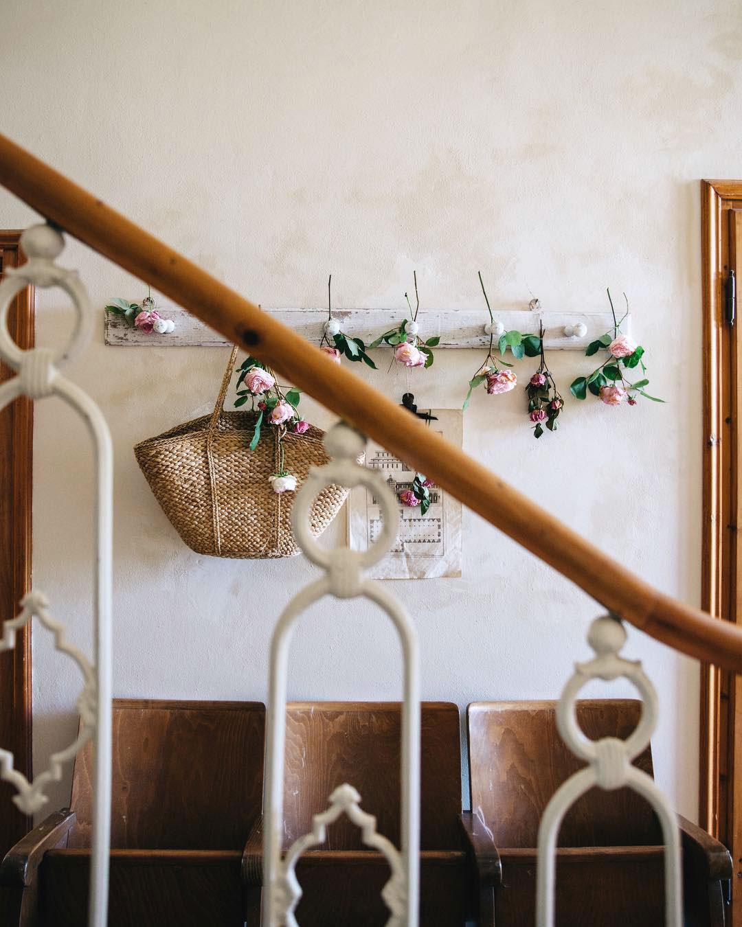maison style italien escalier fer forgé porte manteau roses panier osier sièges bois - blog déco - clem around the corner