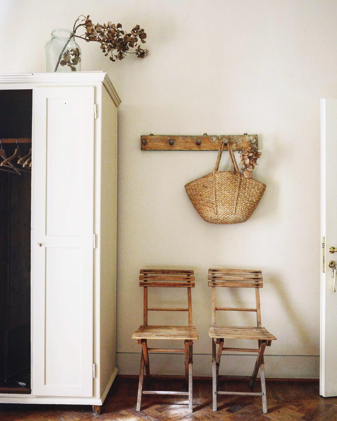 maison style italien armoire chambre panier osier fleurs décoration champêtre - blog déco - clem around the corner