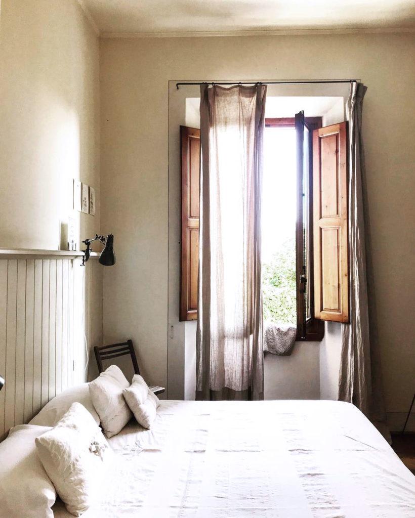 maison style italien chambre simple romantique campagne lit double blanc - blog déco - clem around the corner