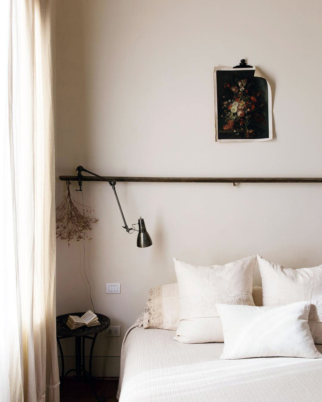 maison style italien chambre romantique lit double bohème décoration simple blanc fleurs - blog déco - clem around the corner