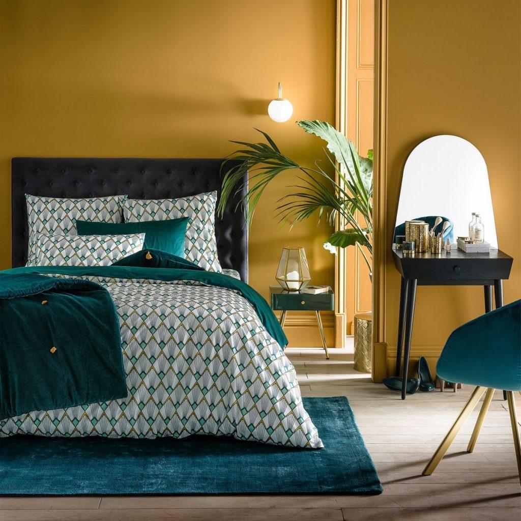 tendance néo art déco chambre jaune moutarde bleu canard linge de lit velours plantes vertes doré - blog déco - clem around the corner