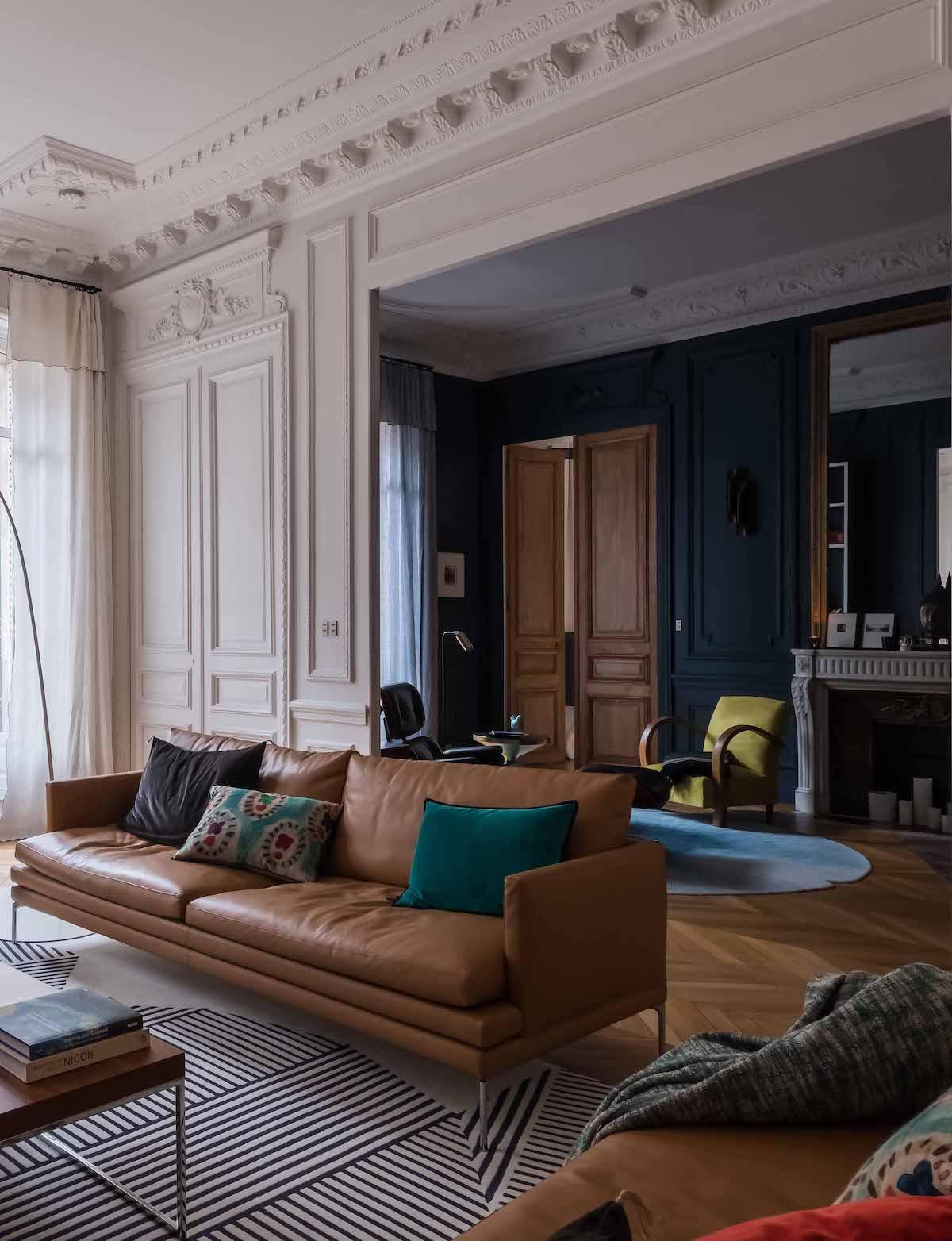 loft haussmannien salon spacieuse canapé cuir marron tapis noir blanc - blog déco - clem around the corner