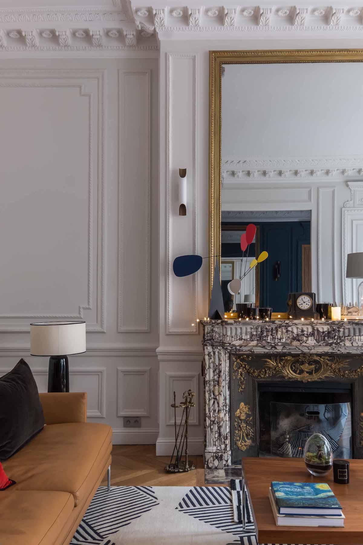 loft haussmannien salon cheminée marbre guirlande lumineuse intérieur élégant - blog déco - clem around the corner