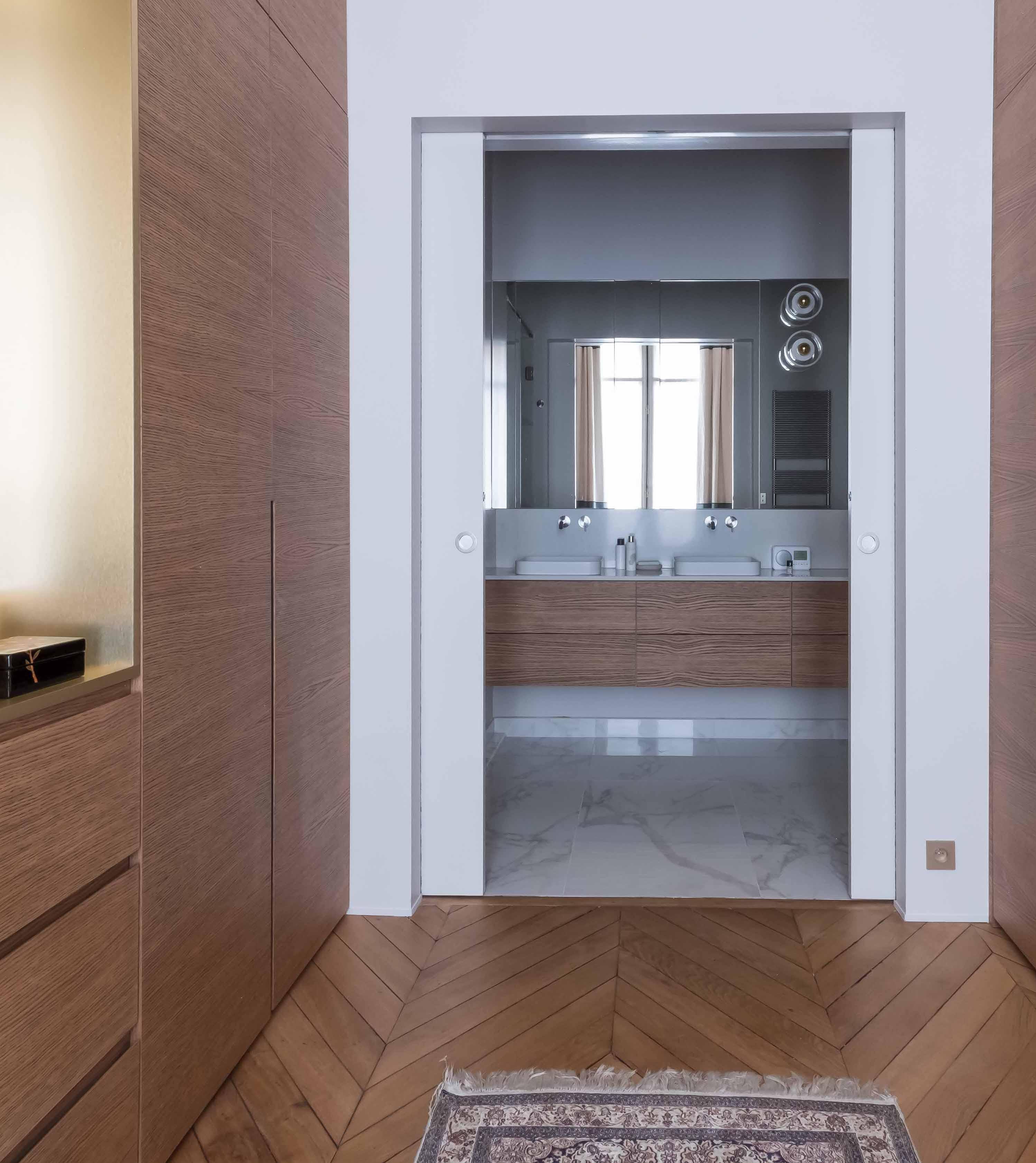 loft haussmannien salle de bain marbre blanc dressing bois laiton - blog déco - clem around the corner