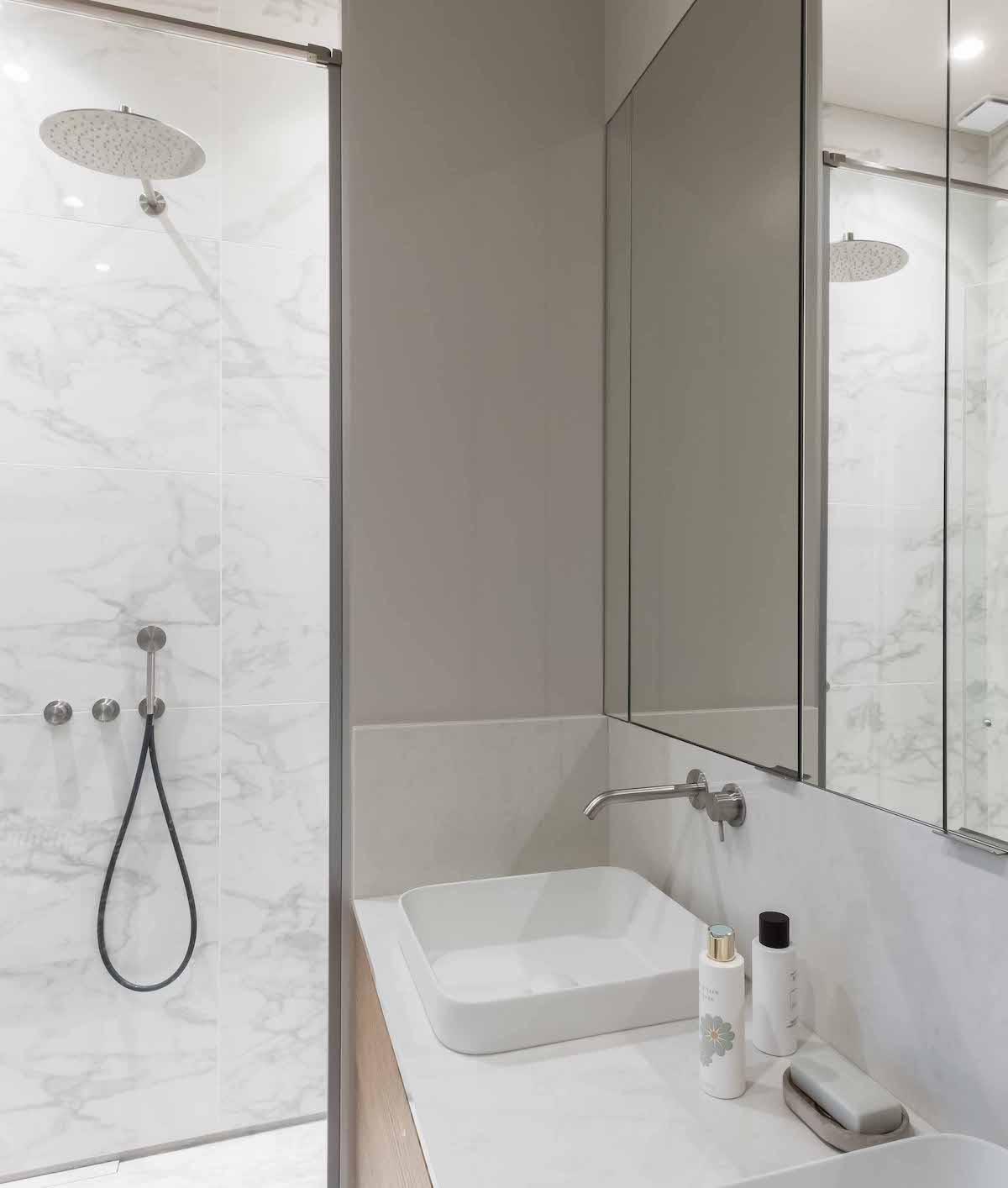 loft haussmannien salle de bain marbre blanc double vasque miroir - blog déco - clem around the corner