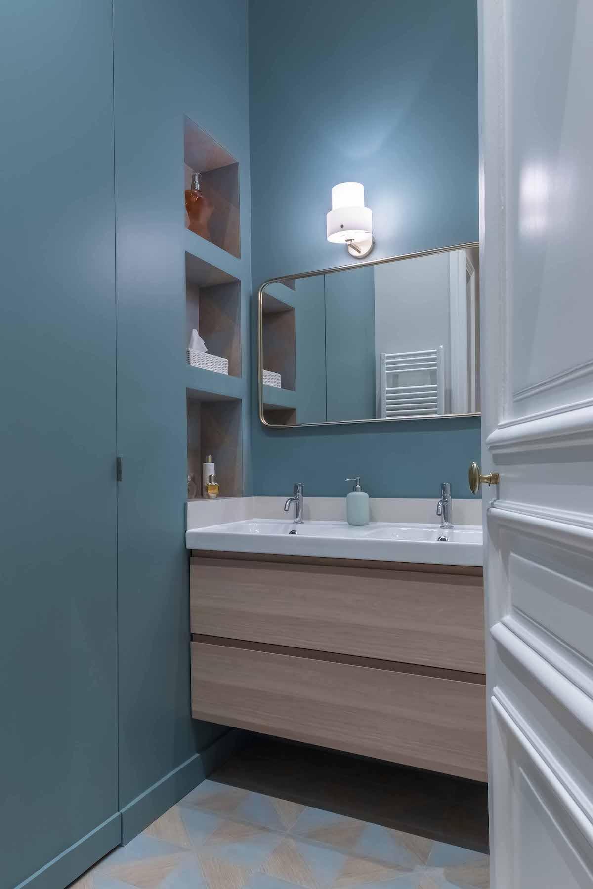 loft haussmannien salle de bain enfant bleu bois sol carrelage géométrique - blog déco - clem around the corner
