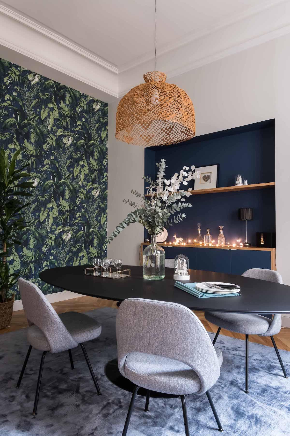 loft haussmannien salle à manger tapis gris bleuté papier peint tropical - blog déco - clem around the corner
