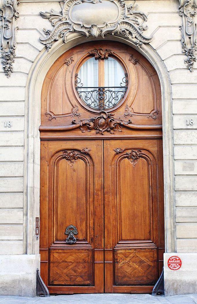 loft haussmannien porte extérieure marron cour immeuble parisien - blog déco - clem around the corner