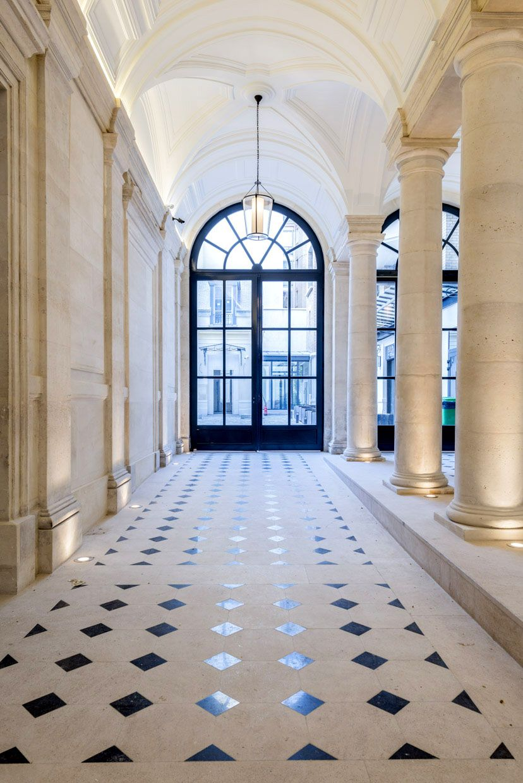 loft haussmannien hall entrée spacieux luxueux noir et blanc - blog déco - clem around the corner