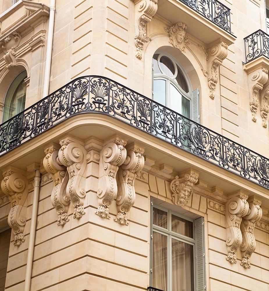 loft haussmannien façade mur immeuble balcon noir métallique - blog déco - clem around the-corner