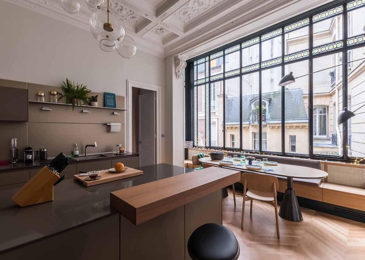 loft haussmannien cuisine spacieuse verrière plan travail gris taupe - blog déco - clem around the corner