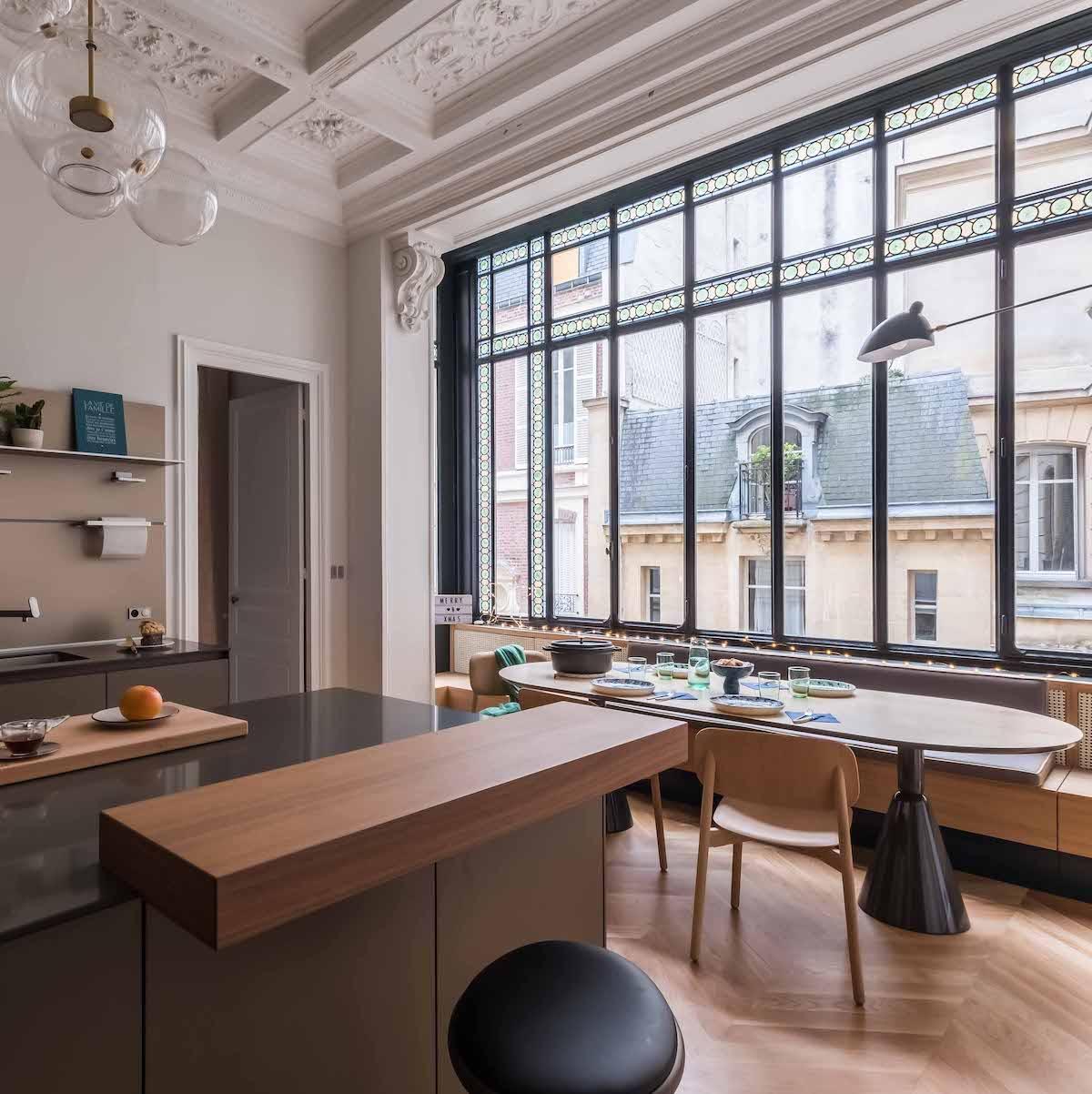 loft haussmannien cuisine plan de travail centrale gris - blog déco - clem around the corner
