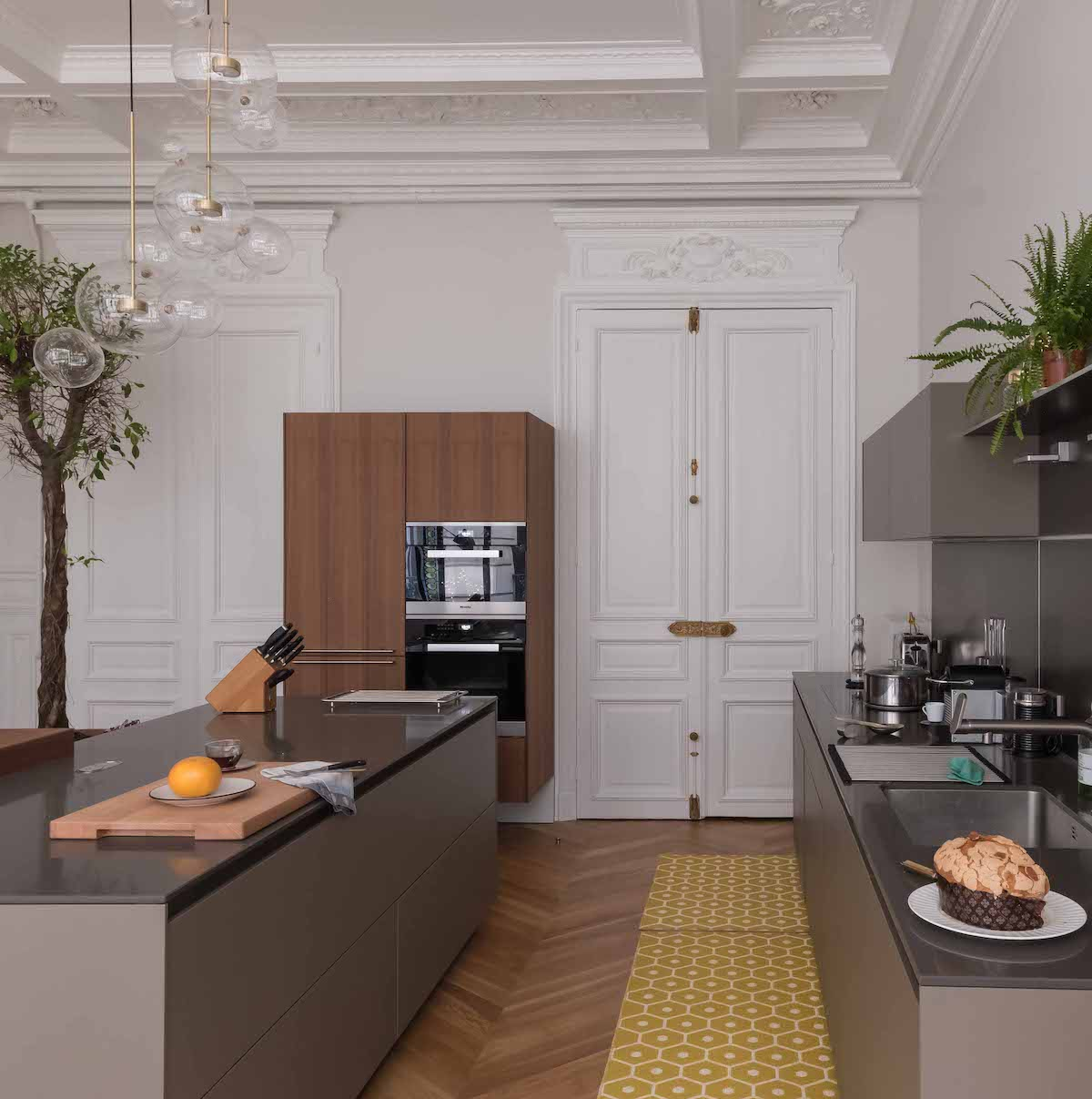 loft haussmannien cuisine grise mobilier bois tapis jaune rétro - blog déco - clem around the corner