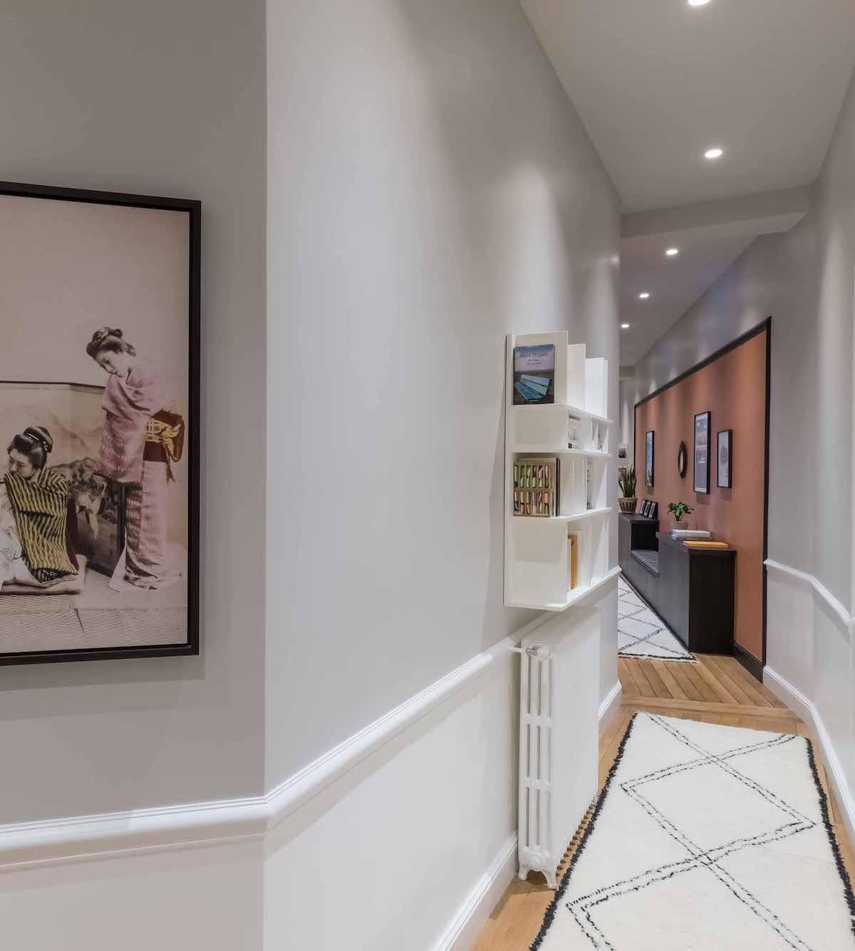 loft haussmannien couloir blanc long tableau coloré - blog déco - clem around the corner