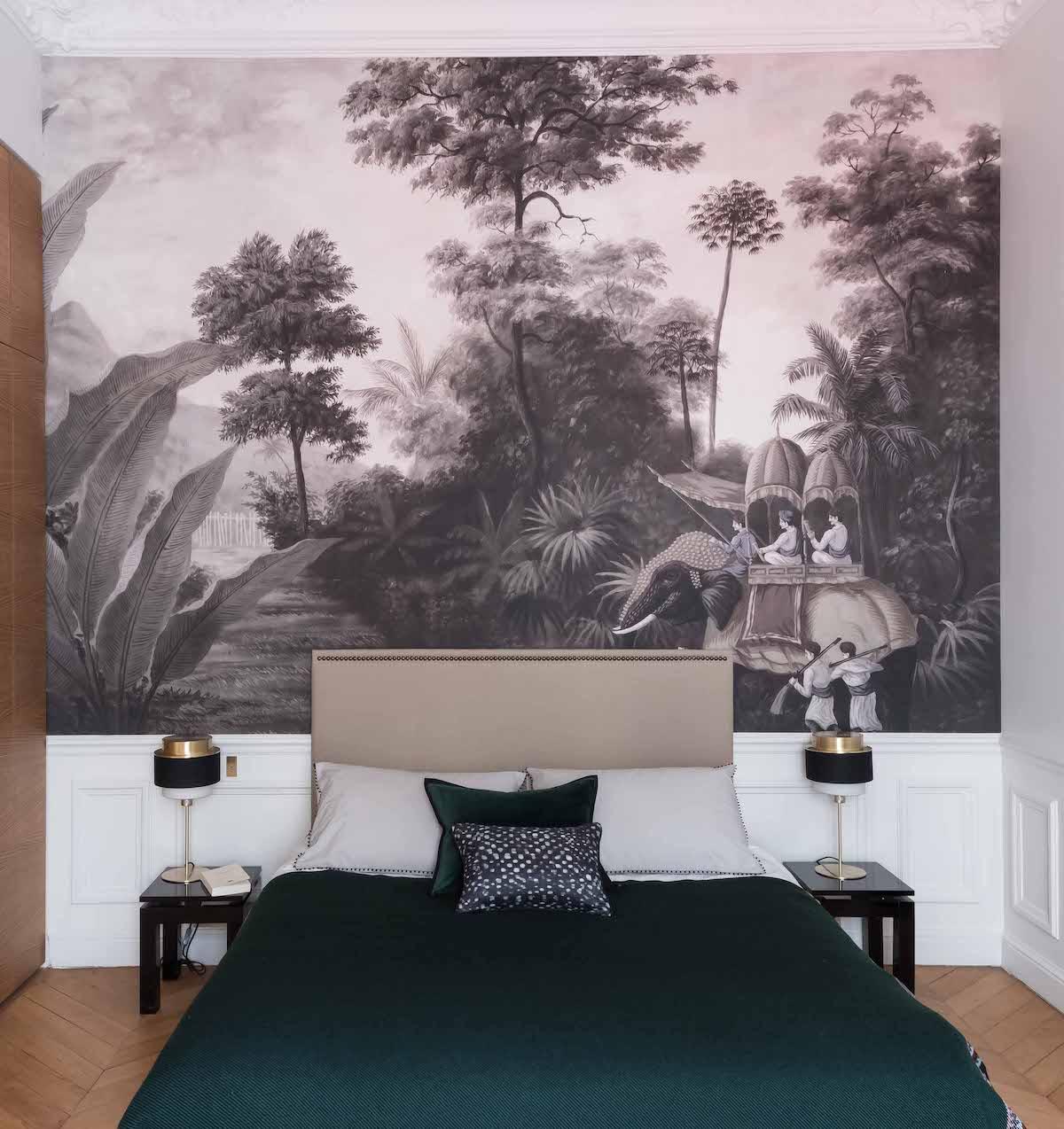 loft haussmannien chambre parentale papier peint noir blanc tropicale lit vert - blog déco - clem around the corner
