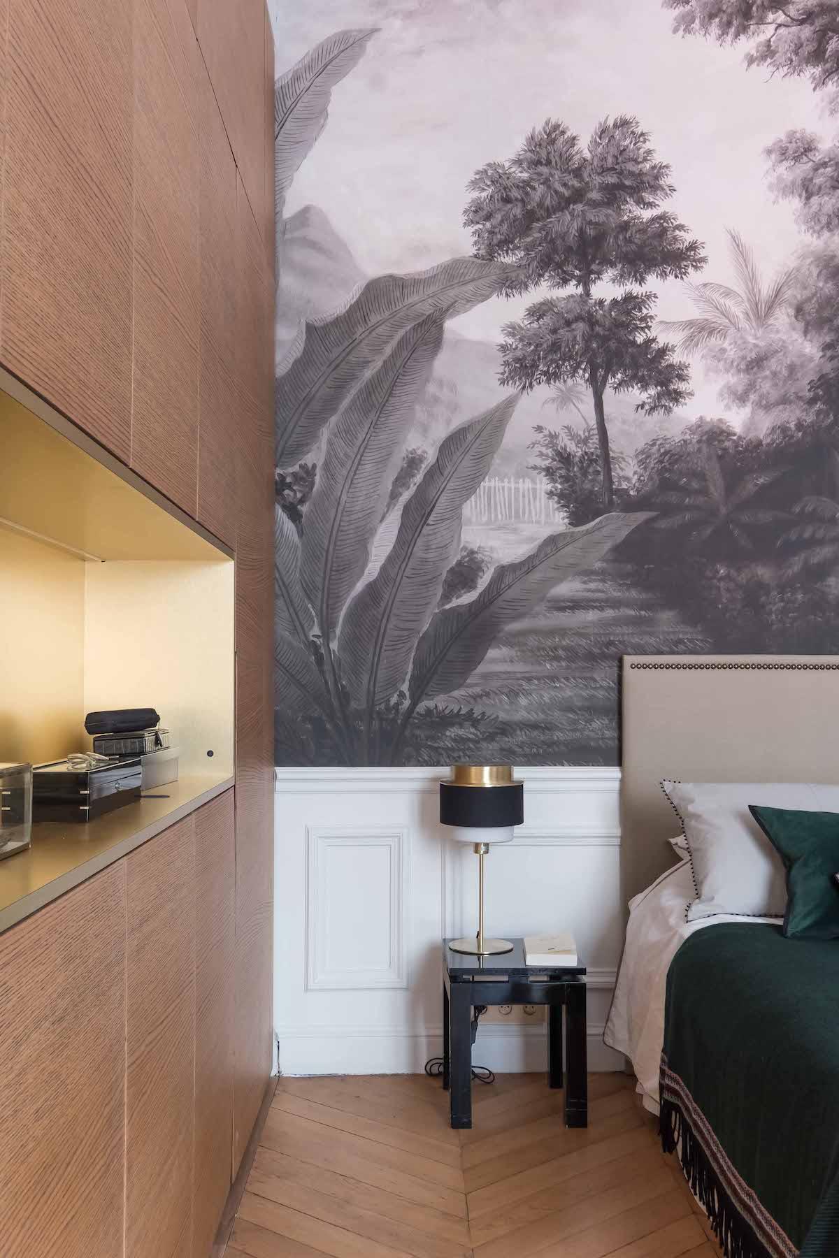 loft haussmannien chambre parentale papier peint noir blanc tropicale dressing bois - blog déco - clem around the corner