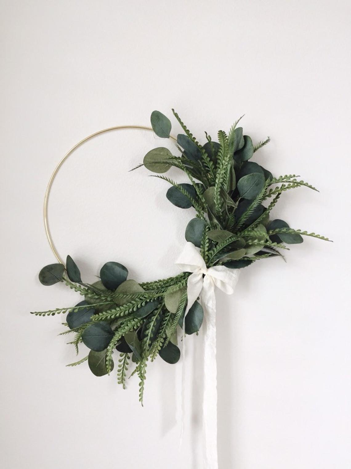 couronne de noël eucalyptus ruban blanc végétal - blog déco - clem around the corner