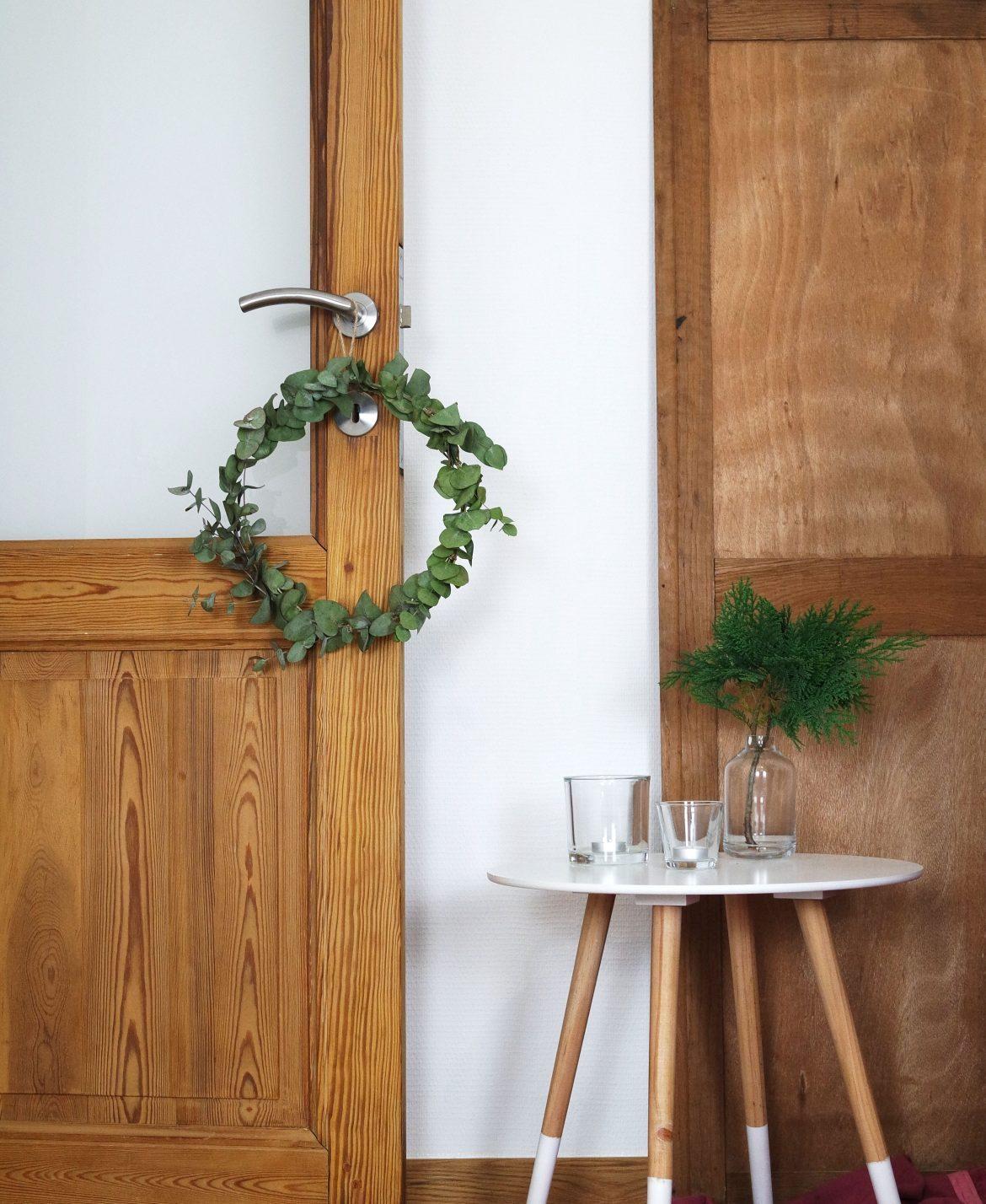couronne de noël eucalyptus déco simple verte minimaliste intérieur bois - blog déco - clem around the corner