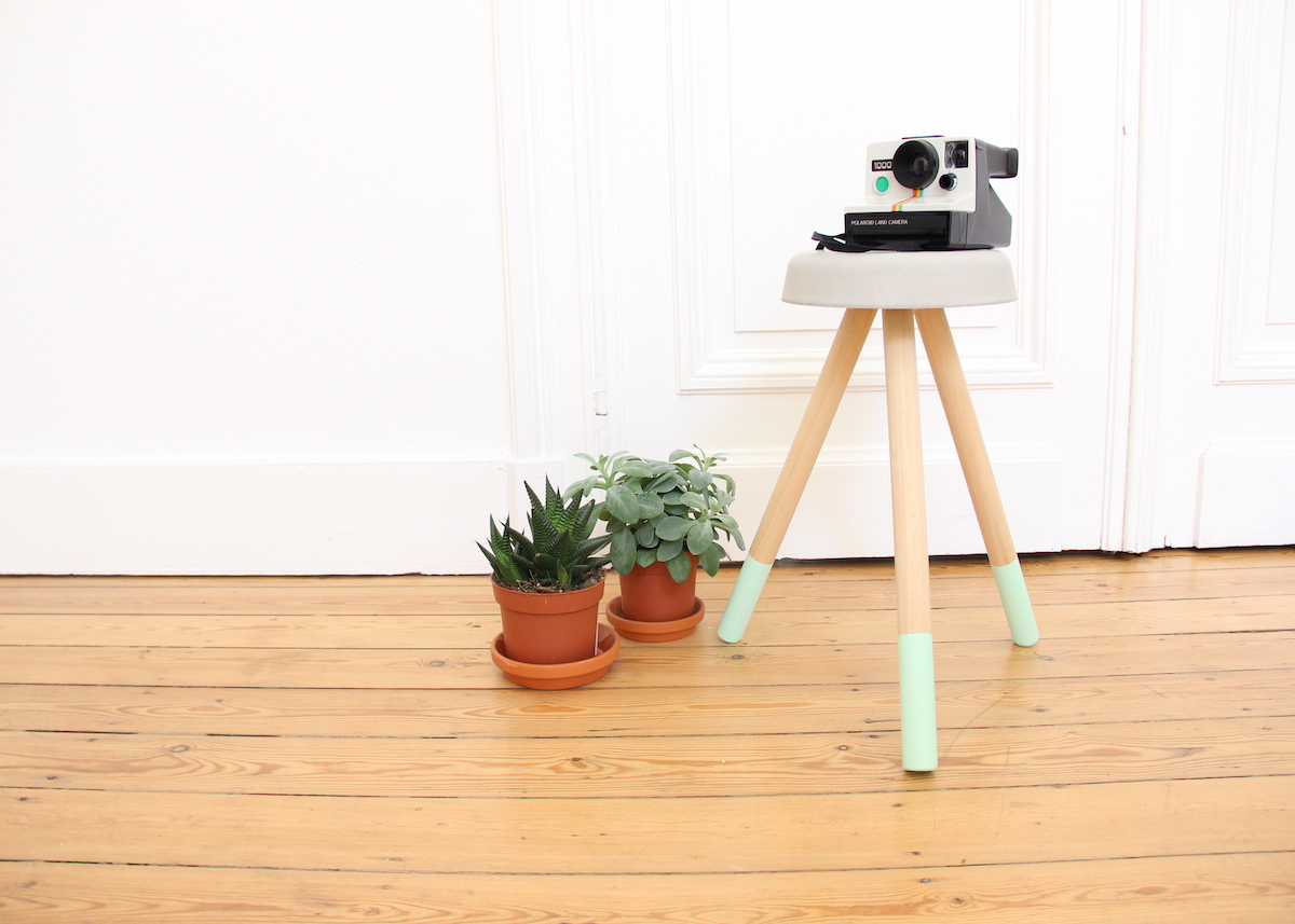 tabouret en béton diy salon parquet bois mur porte blanc - blog déco - clem around the corner