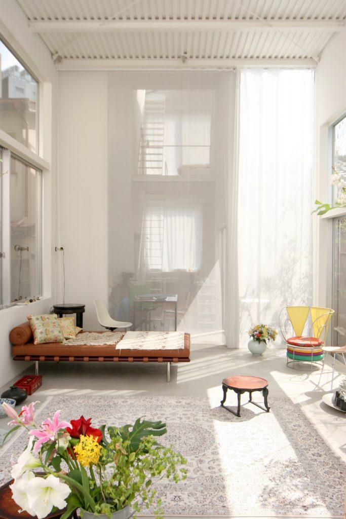house a de ryue nishizawa salon banquette cuir plantes japon - blog déco - clem around the corner