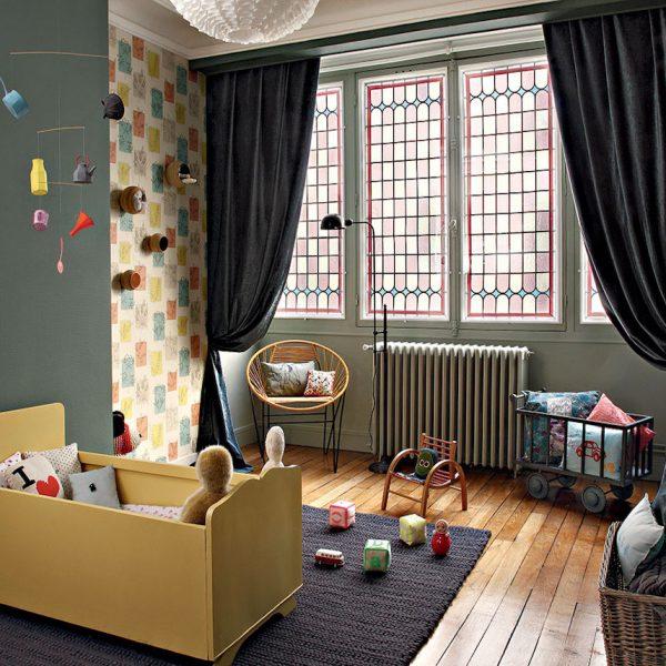 chambre enfant kaki lit jaune bébé vitraux rouge fenêtre - blog déco - clem around the corner