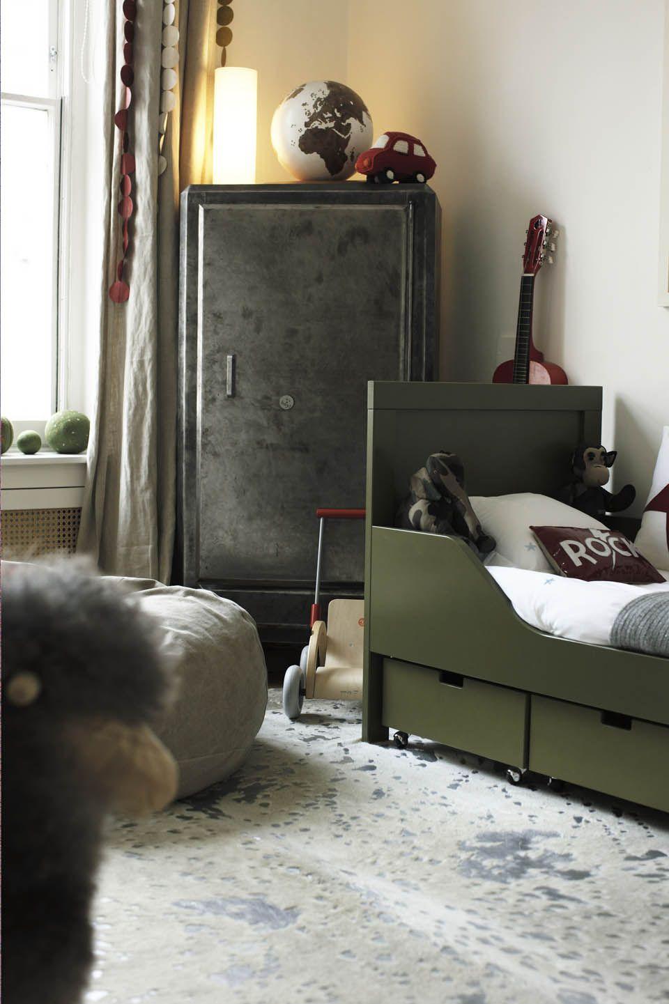 chambre enfant kaki lit vert armoire gris métallique style industriel - blog déco - clem around the corner