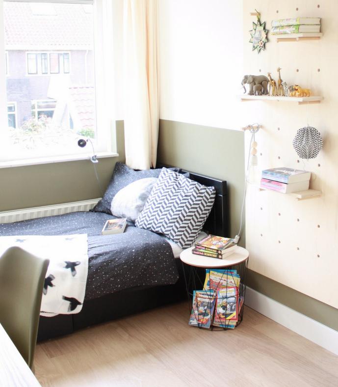 chambre enfant kaki lit noir couette blanc motif rayure planche bois chaise verte - blog déco - clem around the corner