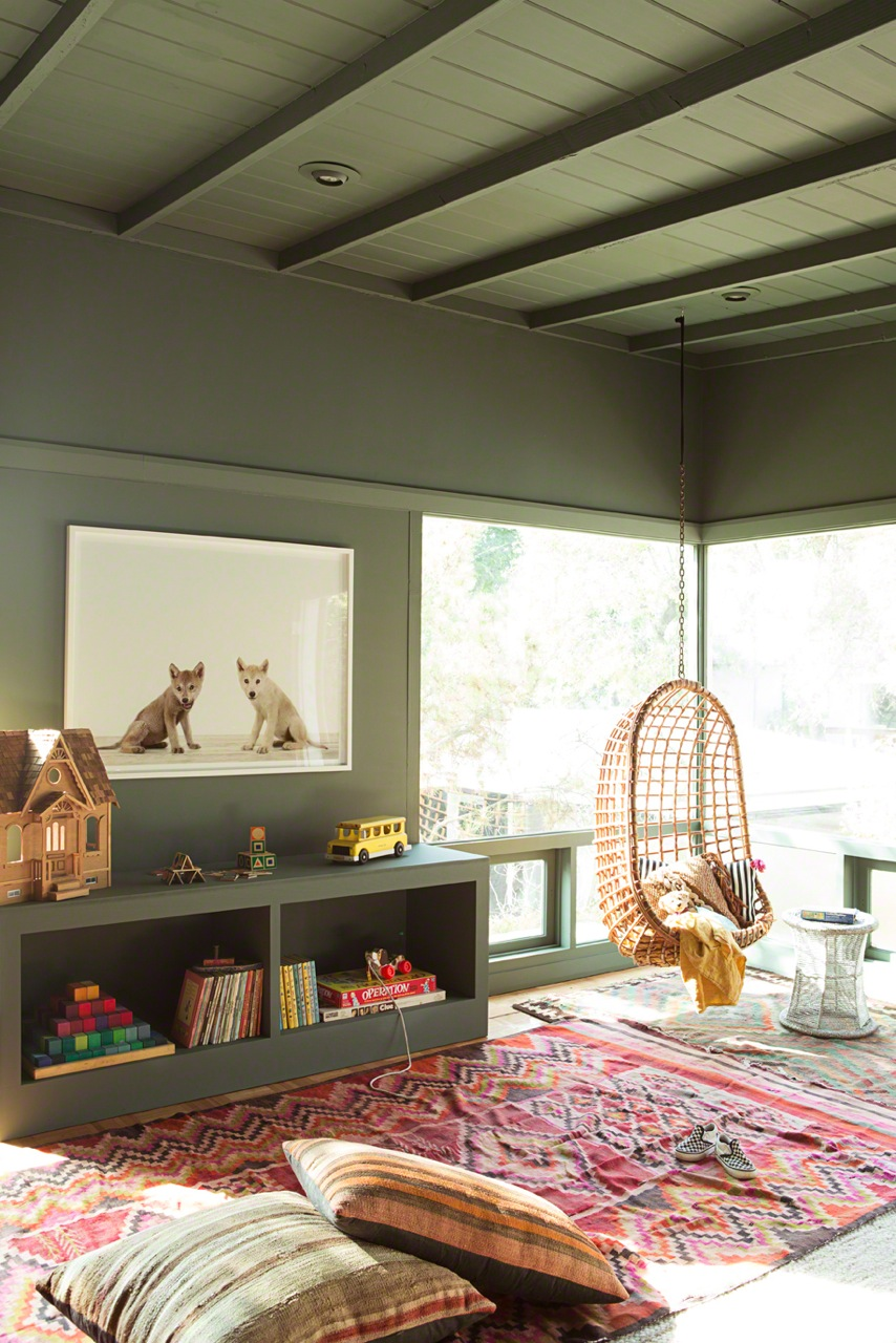 chambre enfant kaki tapis ethnique rouge coussin rayure fauteuil suspendu - blog déco - clem around the corner