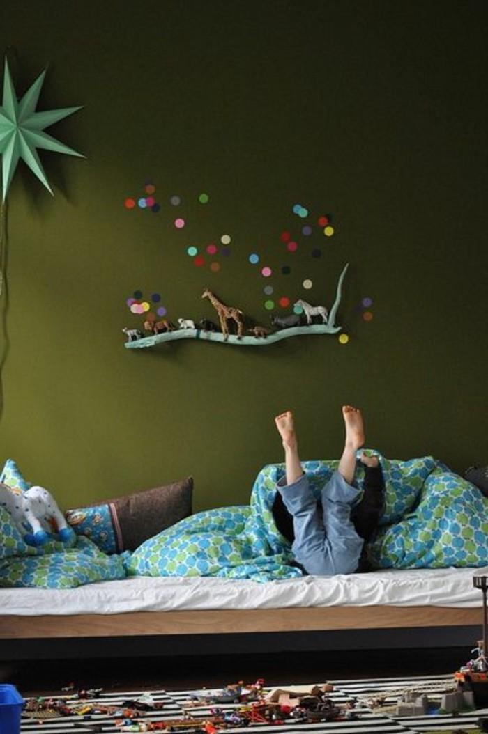 chambre enfant kaki mur confettis étagère branche bois bleu tapis rayé noir blanc - blog déco - clem around the corner