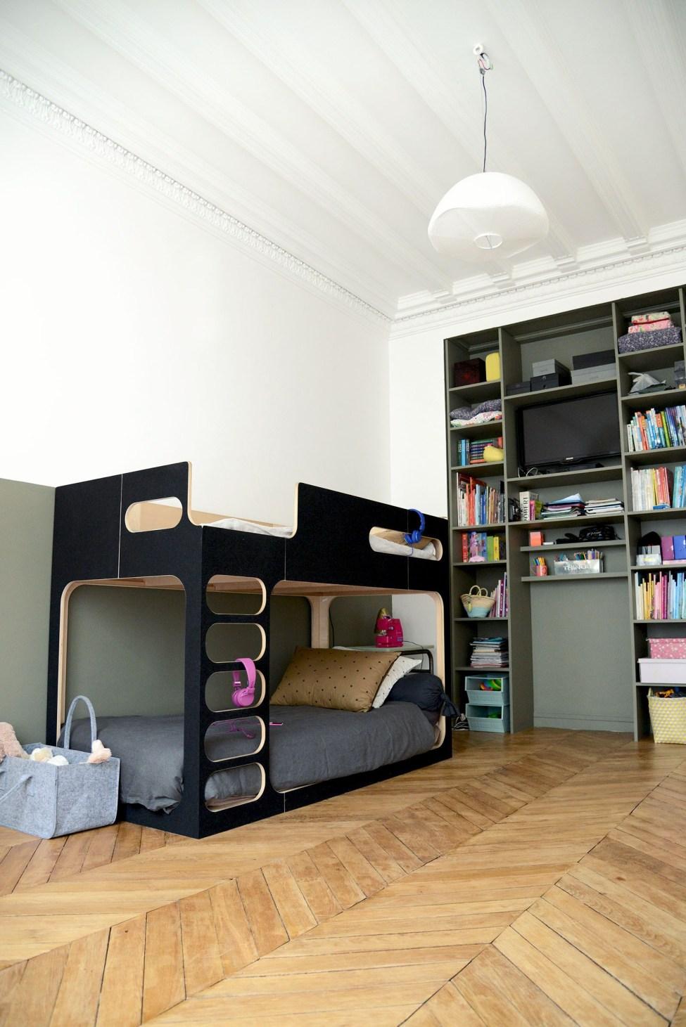 chambre enfant kaki mur bicolore lit mezzanine noire bois parquet - blog déco - clem around the corner