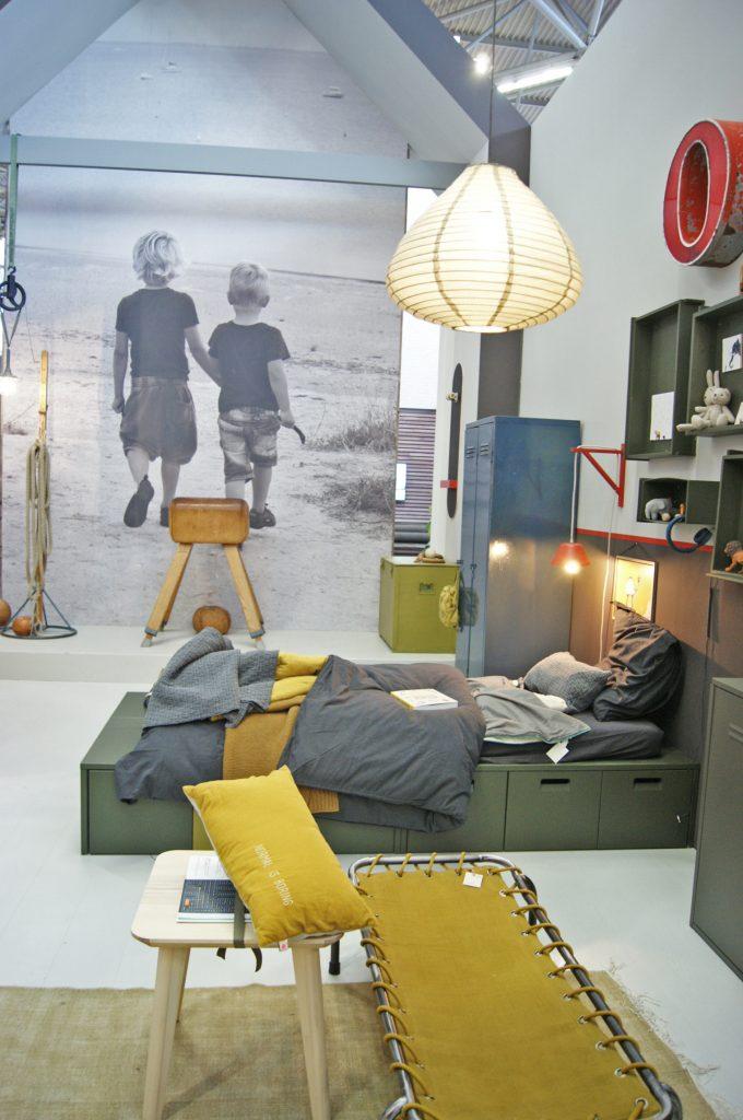 chambre enfant kaki lit de camps jaune moutarde tapis rectangle style pièce militaire - blog déco - clem around the corner
