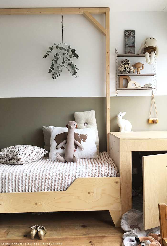 chambre enfant kaki lit bois poutre plante verte pièce sobre neutre mur bicolore - blog déco - clem around the corner