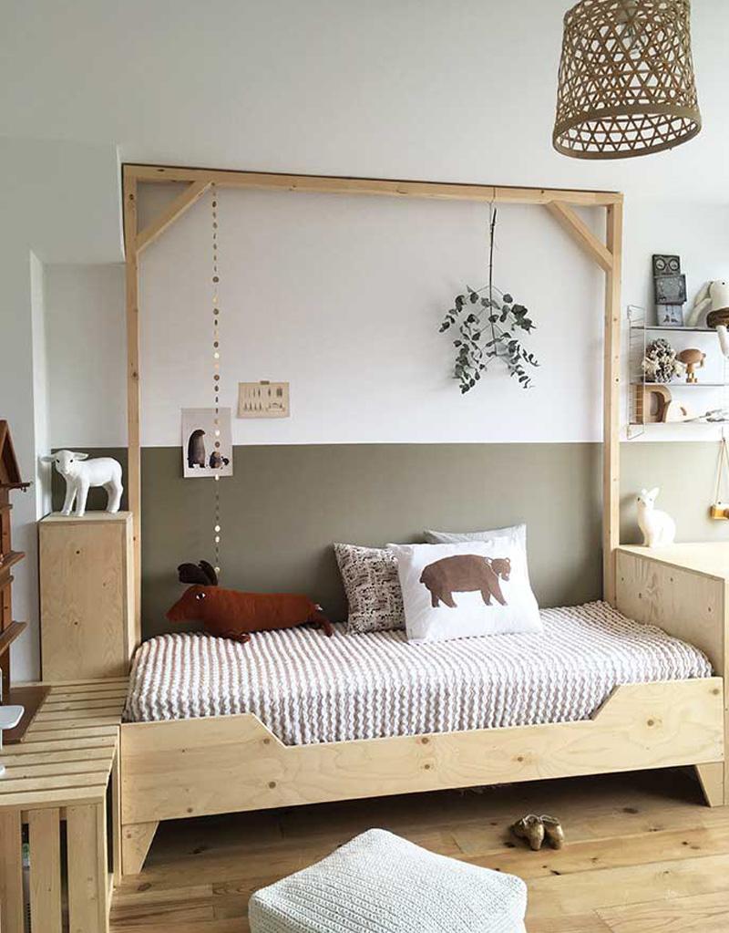 chambre enfant kaki lit bois poutre guirlande parquet mur bicolore peluche - blog déco - clem around the corner