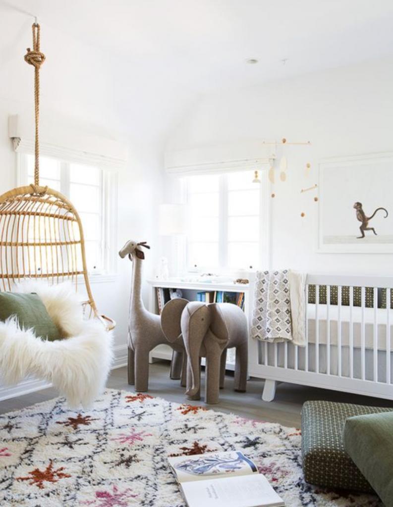 chambre enfant kaki lit bébé bois blanc coussin de sol plaid fourrure blanche - blog déco - clem around the corner