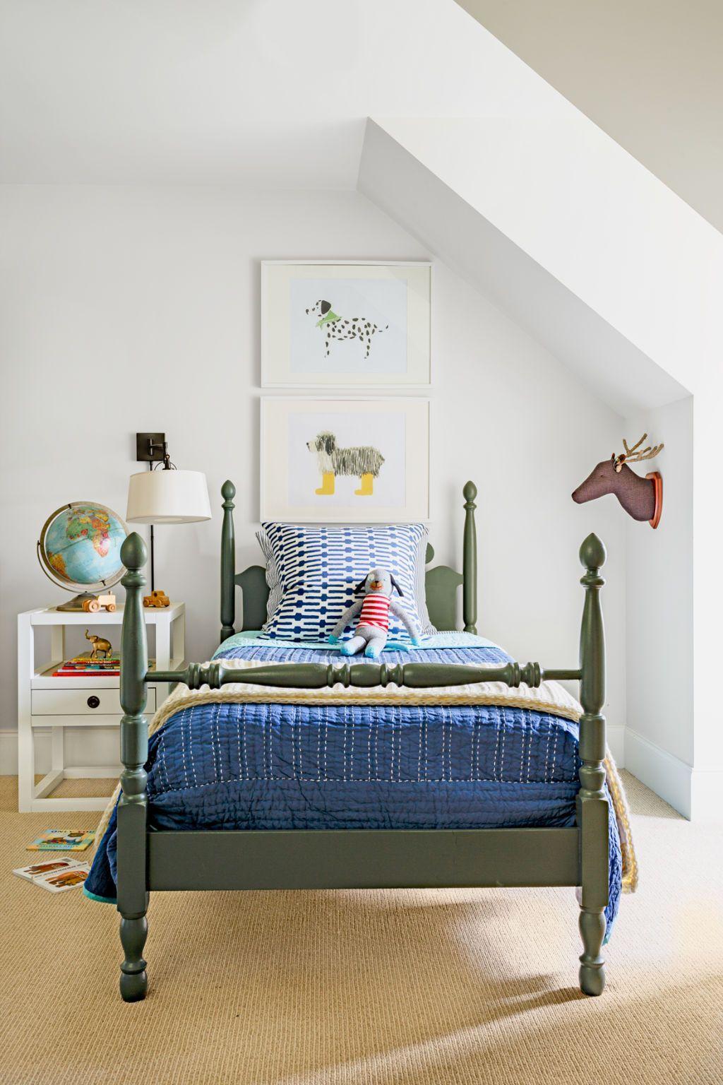 chambre enfant kaki lit bois sol marron globe terrestre table chevet blanc - blog déco - clem around the corner
