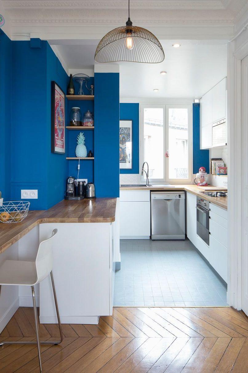 cuisine bleue ouverte bois suspension graphique parquet - blog déco - clem around the corner