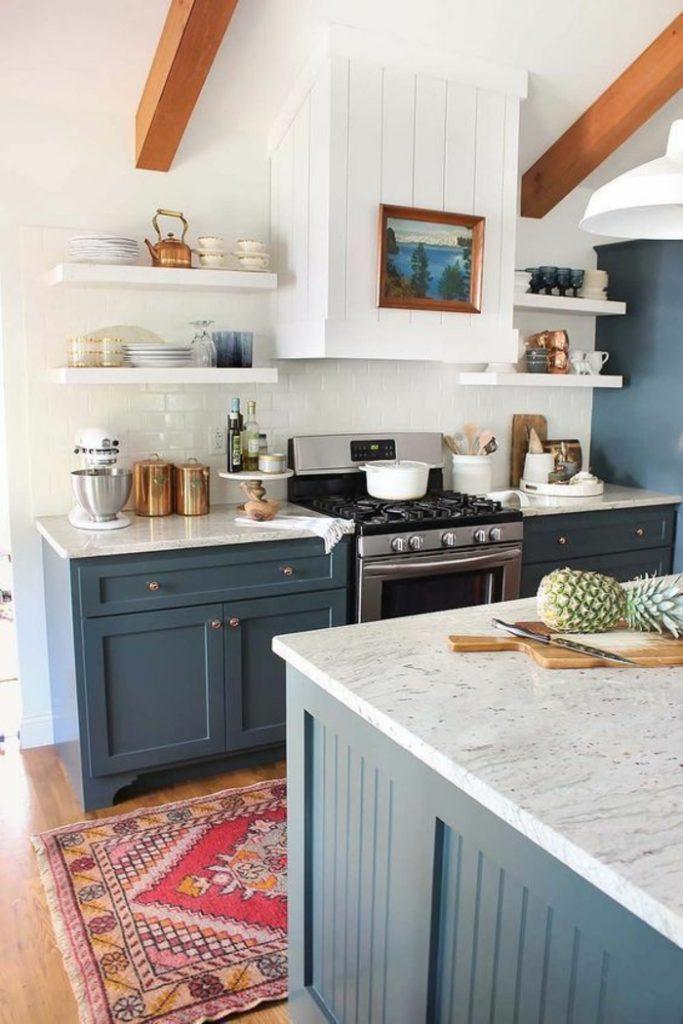cuisine bleue canard meuble vintage chic avec étagères blanches - blog déco - clem around the corner