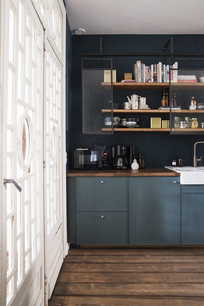 cuisine bleue canard parquet bois foncé décoration - blog déco - clem around the corner