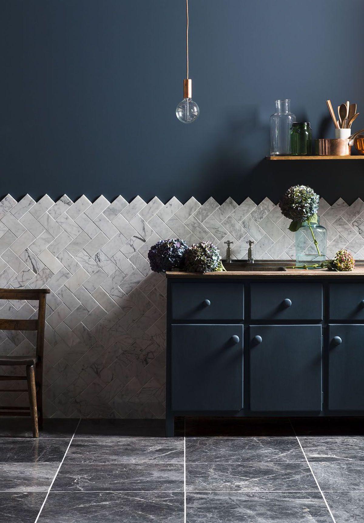 déco cuisine bleue foncé nuit marine carrelage marbre - blog déco - clem around the corner