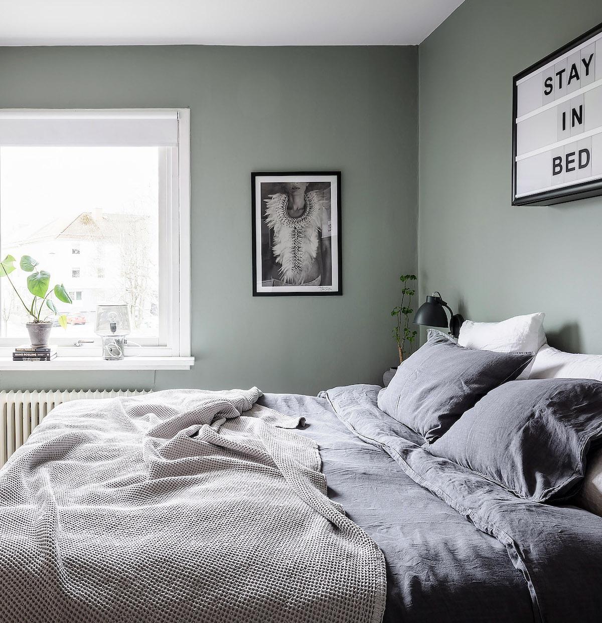 papier peint chambre parentale vert de gris - blog déco - clem around the corner
