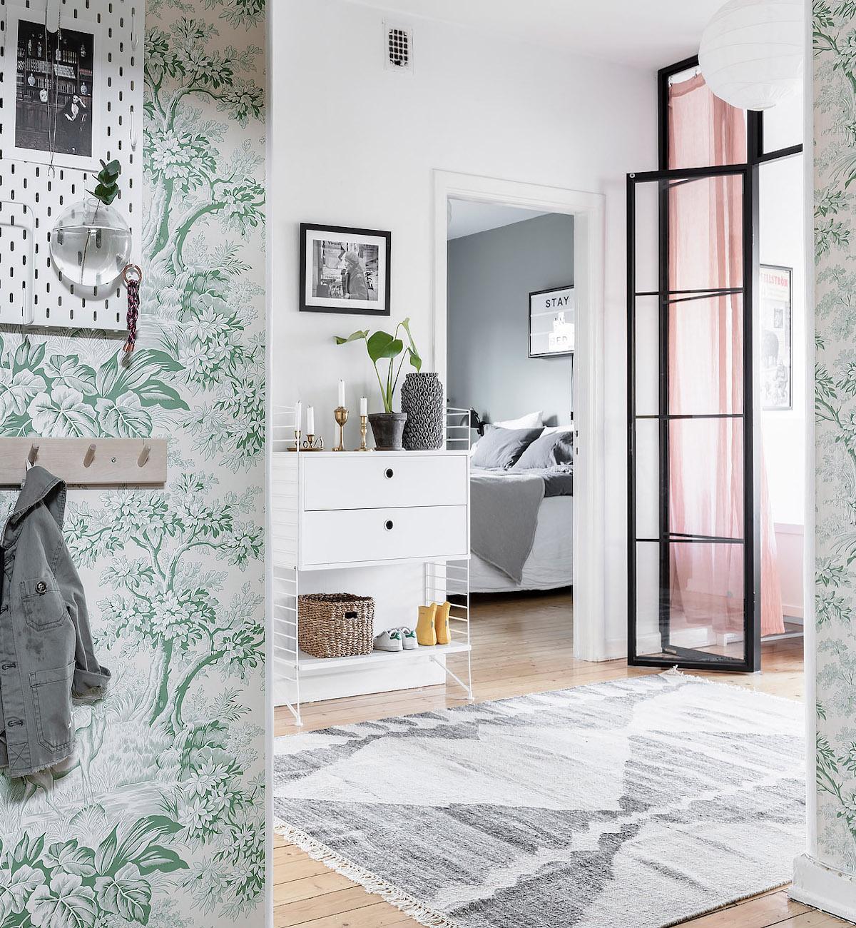 papier peint vert vintage hall printanier meuble tapis gris - blog déco - clem around the corner