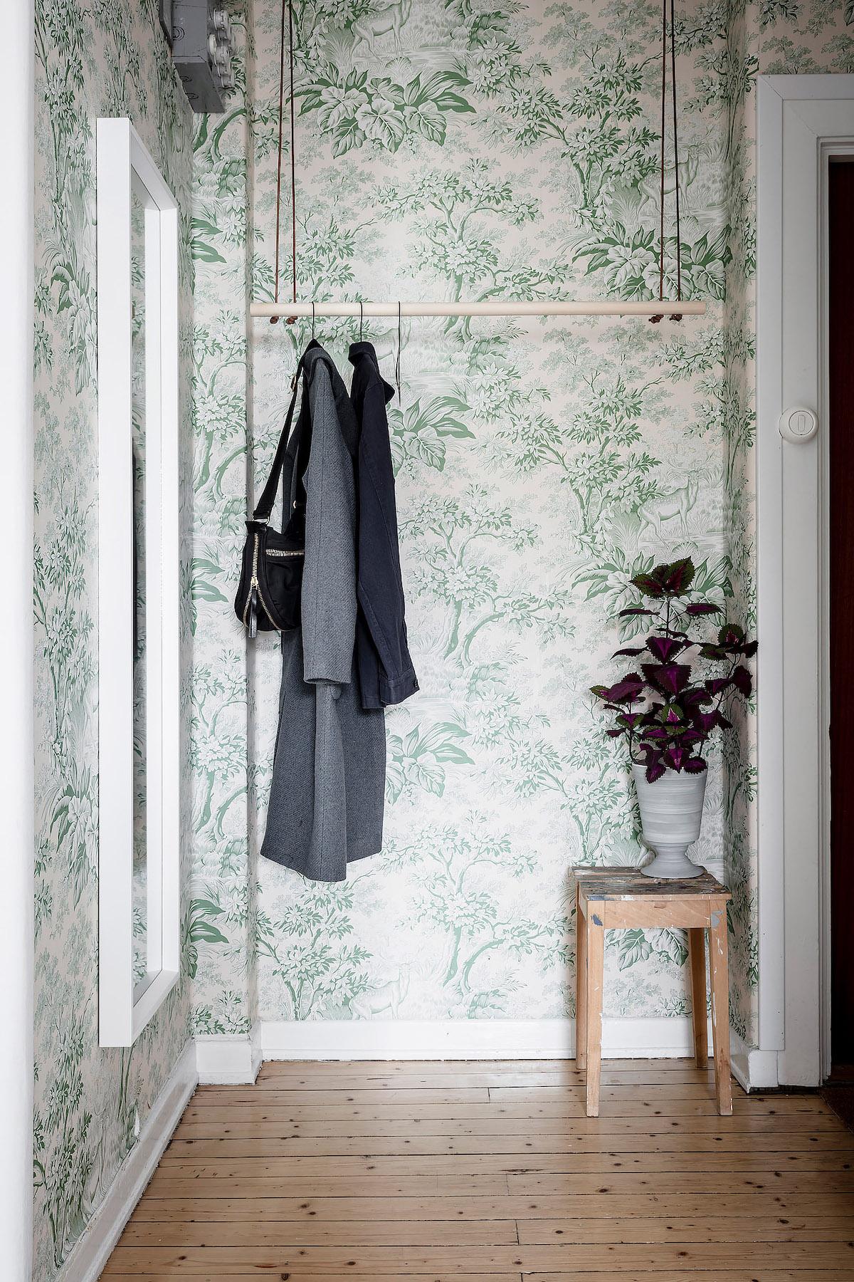 papier peint vert vintage fleuri entrée porte manteau bois - blog déco - clem around the corner