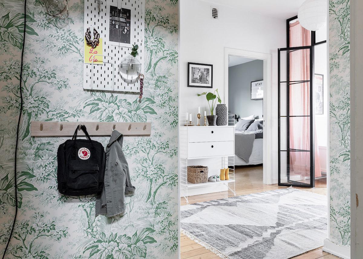 papier peint Toile de Jouy vert fleur vintage style printanier hall clair lumineux pastel - blog déco - clem around the corner