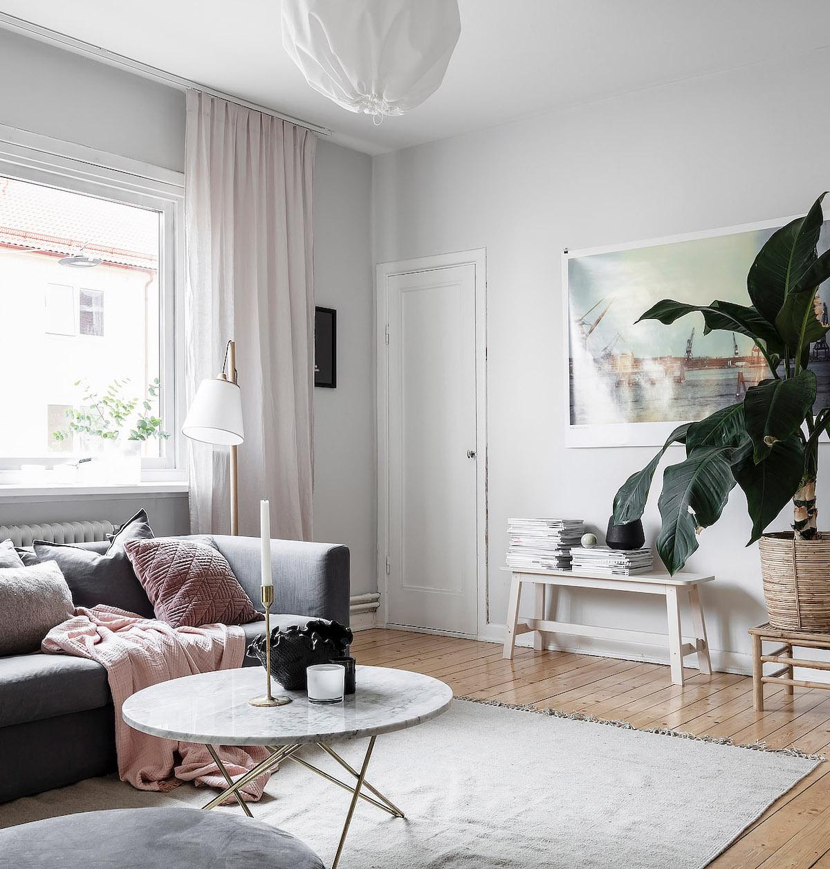 papier peint salon lumineux plaid rose canapé gris tapis lampe laiton moderne - blog déco - clem around the corner